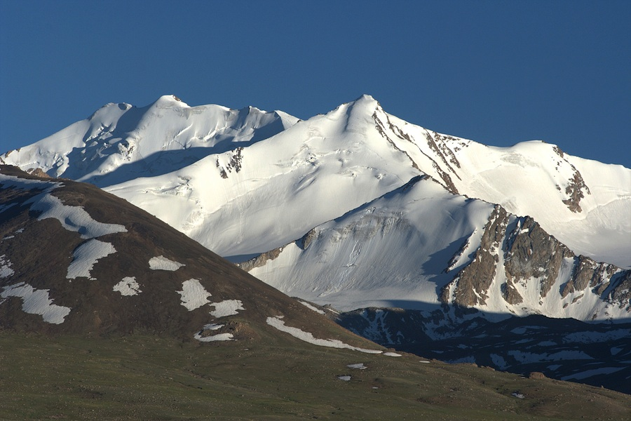 Seen from Kashch Goz to the northwest, the outer peaks of Pamir-i-Wakhan rise to ca 5,000m.
