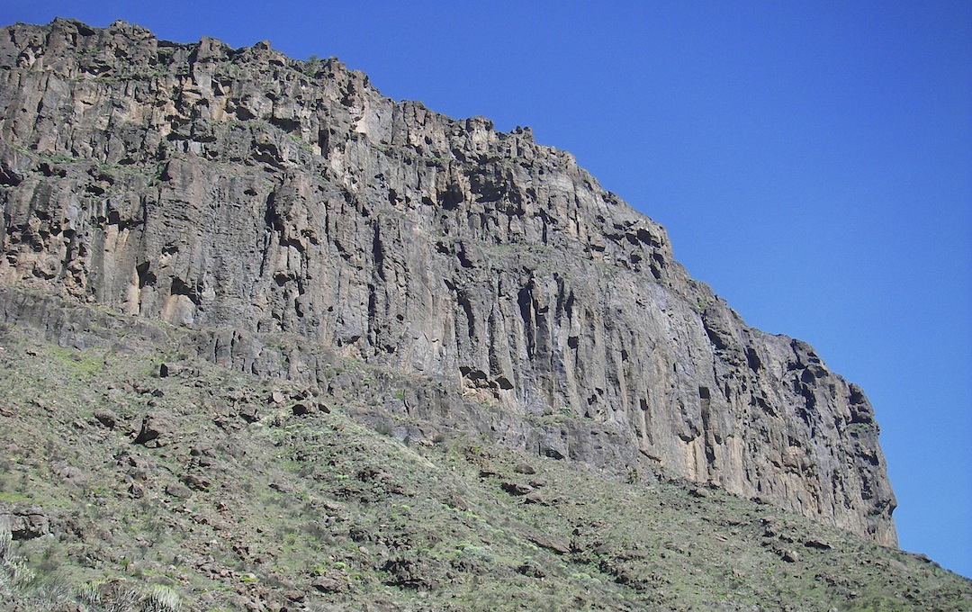 The three-tiered cliff of Los Quemados. El Cardonal climbs the center of this wall.