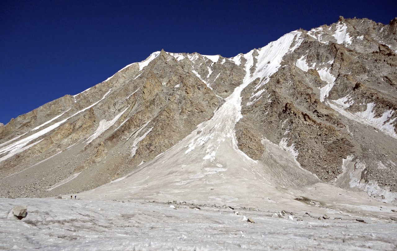 West face of Junai Kangri. Sin Permiso takes the obvious central couloir and then ridge left to summit. Jonas Cruces