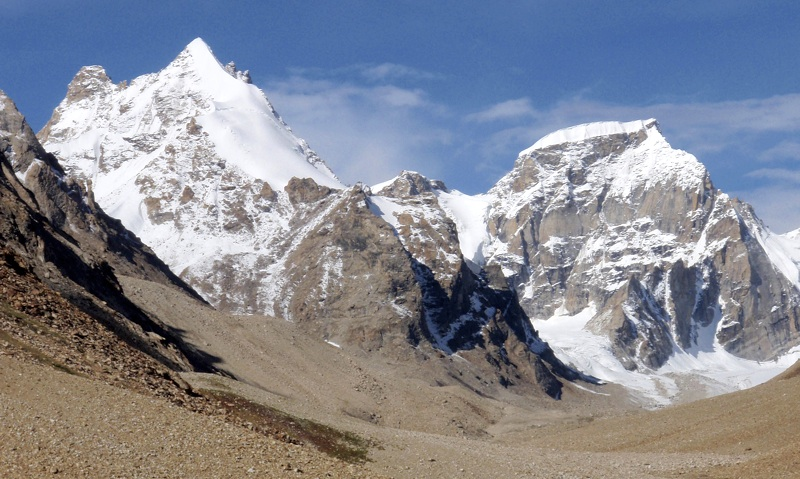 L15 (6,070m, left) and L14 (6,180m, highest peak in valley) south of Lenak Nala. Kimikazu Sakamoto