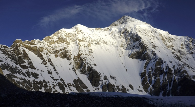 Unclimbed southeast face of Gurla Mandhata. Southeast ridge forms left skyline. Hiraide and Taniguchi climbed face on right, directly beneath summit, to 6,300m before retreating. Later they climbed southwest ridge, which meets southeast ridge at distinct pointed snow summit, Naofeng Peak, in center of picture.