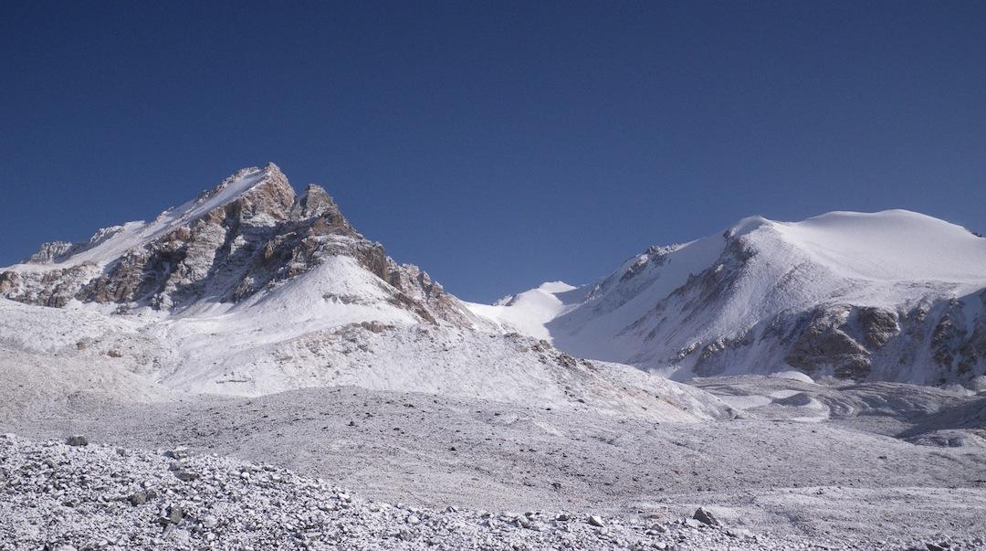 Peak Ortosu (left) and Idyn Tolgon Kezi (a.k.a. Full Moon Peak) in the central At Bashi range.