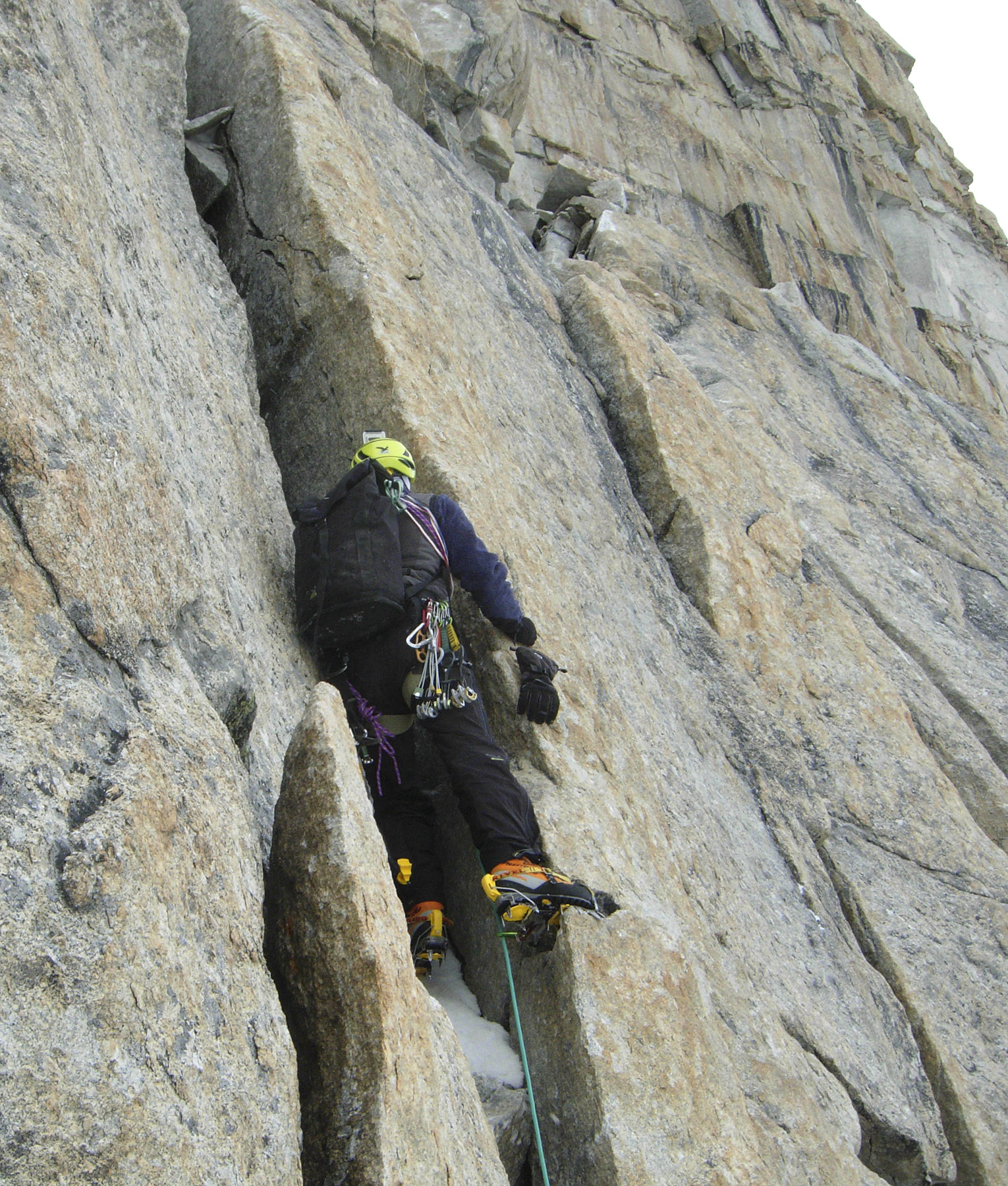 Daniele Nardi starting the UIAA VI crack at 5,900m on Farol West.