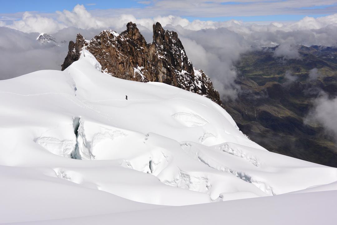 Summit plateau looking west toward Nevado Pumahaunca.