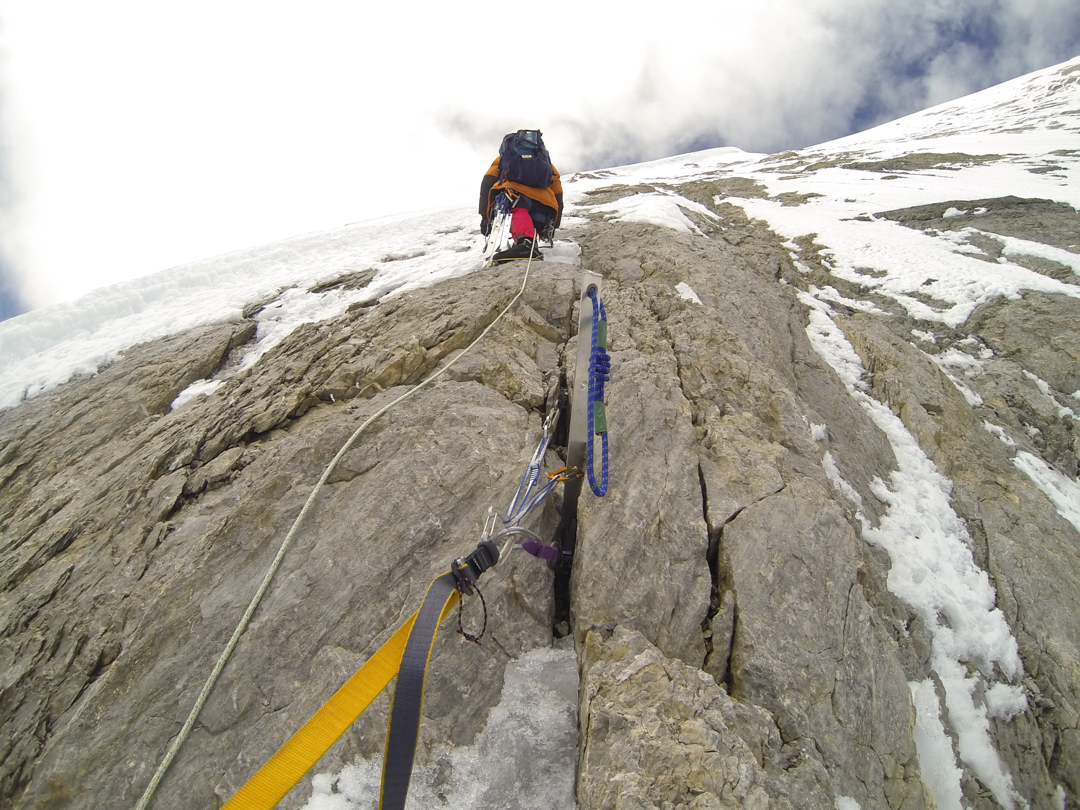 The crux rock band above 6,600 meters.