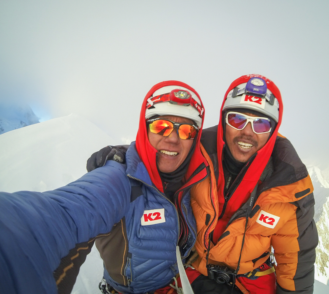 Seong Nak-jong (left) and Ahn Chi-young on the summit.