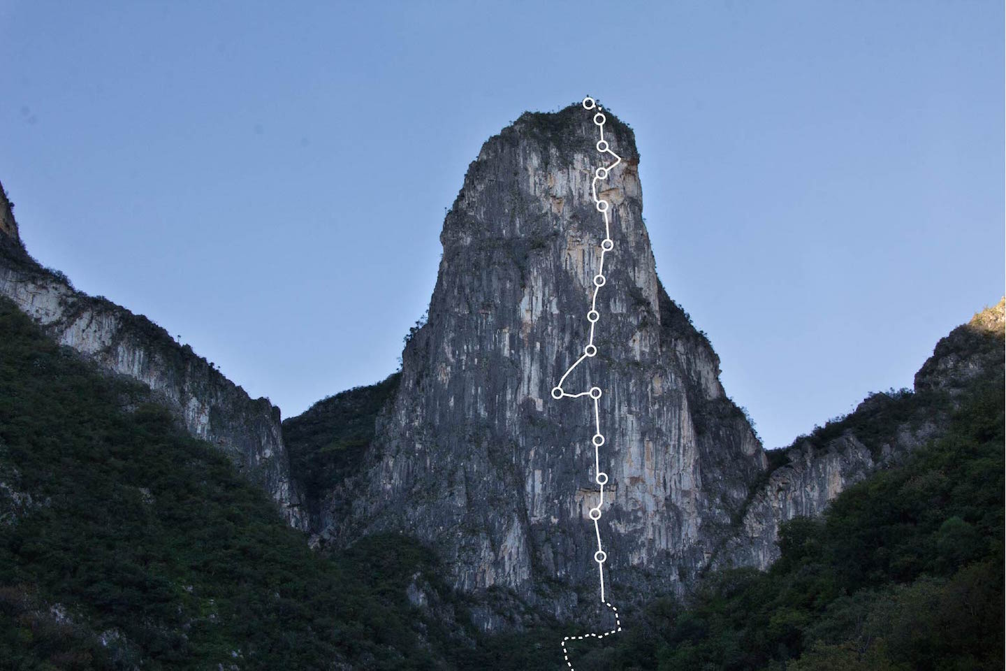 The north face of El Diente, showing the route El Son del Viento (420m, 5.12d A0), with the belay areas marked.