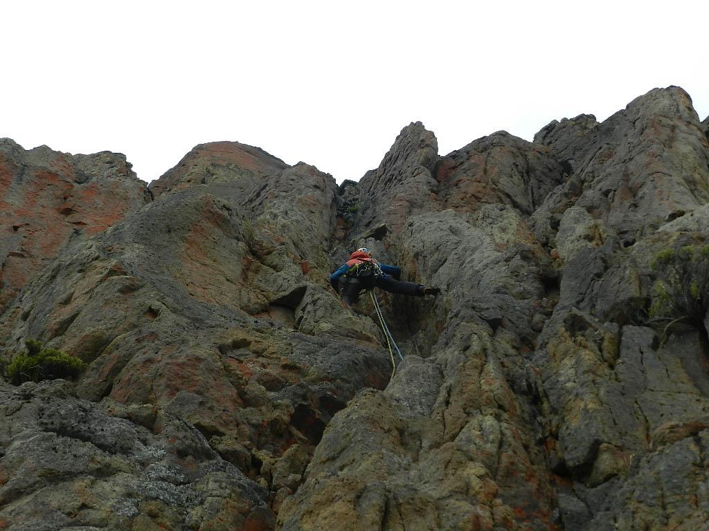 Rock climbing on La Ruta del Chinchillone, Cerro Colorado.