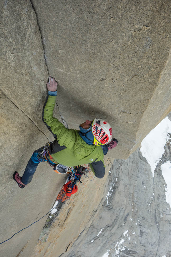 Siebe Vanhee in the stemming dihedral of pitch 16 (5.12d) of El Regalo de Mwoma