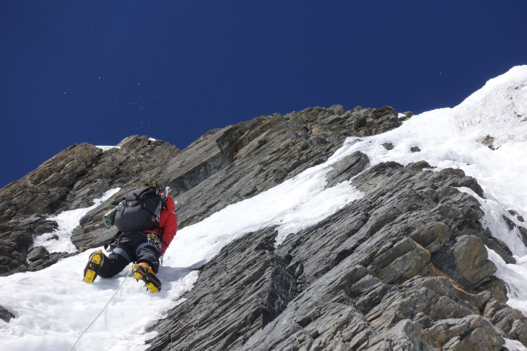 Kim Chang-ho in the lead on day three at 6,800m on the south face of Gangapurna.