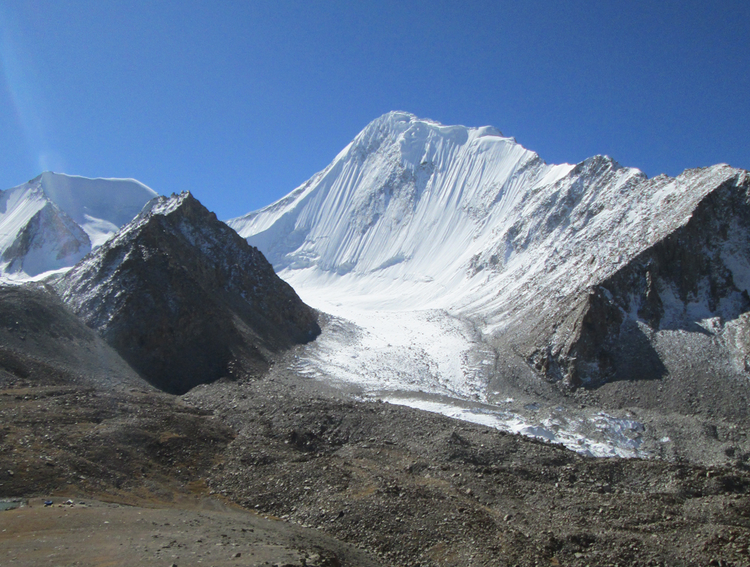 The unclimbed Nya Kangri (6,480m). To its left lies Sumur Kangri (5,991m).