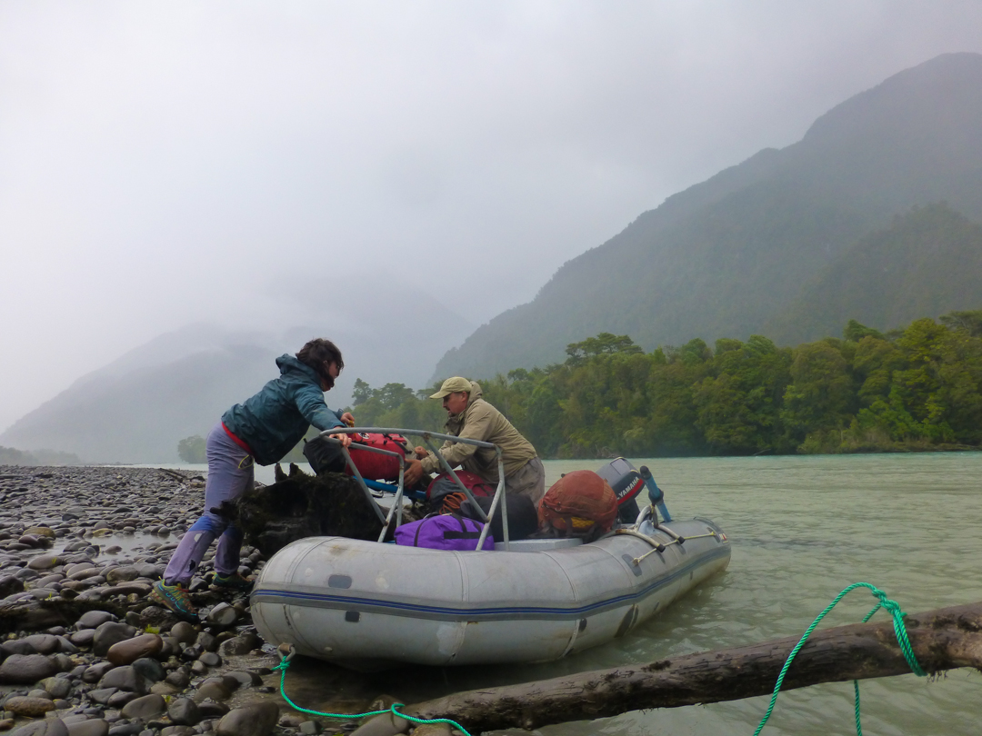 Josie McKee loading the boat to cross the Río Yelcho.