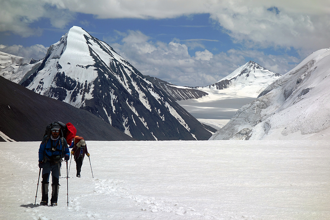 Looking southeast from the upper section of the South Argan Glacier. The 2017 Indian expedition ascended from the Sagtogpa Glacier in the distance, in front of the conspicuous snow pyramid, Sagtogpa Kangri (6,305m), climbed from the far side in 2015.