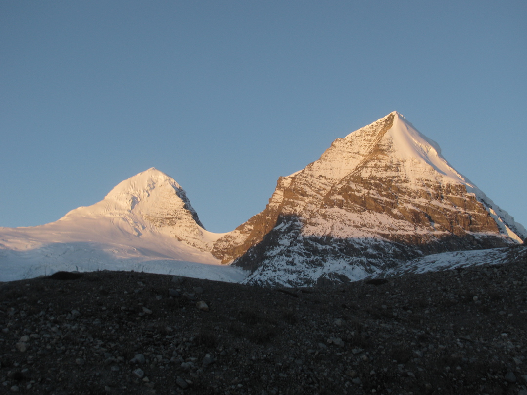 The east faces of Til Kang (6,369m, left) and Takphu Himal (6,395m) from base camp.