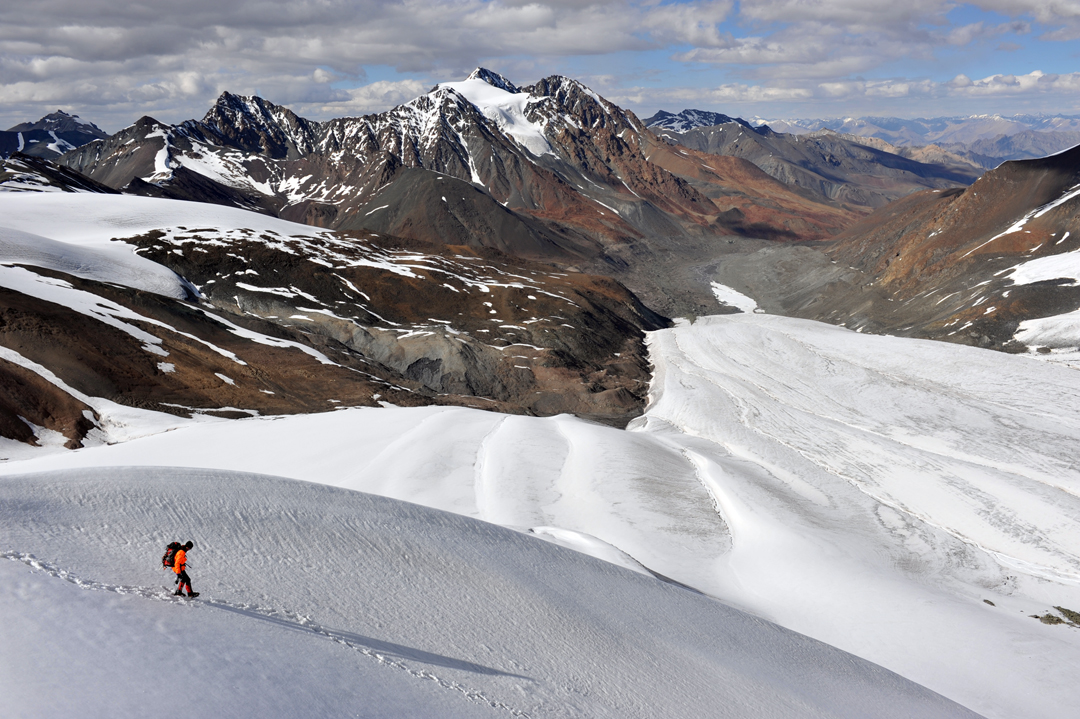 Fabrice le Bobinec during the descent from Sum Nomo Kangri. The north-flowing ice sheet below is the western arm of the Spang Nala Glacier, while the Chomotang Massif is clearly visible behind.